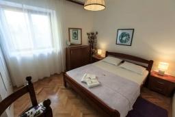 Спальня. Черногория, Рафаиловичи : Уютный дом с зеленым двориком в 50 метрах от пляжа, 2 спальни, Wi-Fi