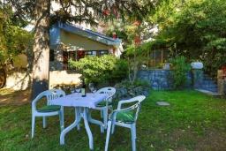 Территория. Черногория, Рафаиловичи : Уютный дом с зеленым двориком в 50 метрах от пляжа, 2 спальни, Wi-Fi