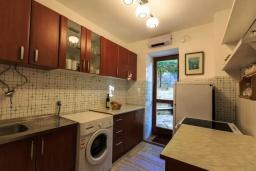 Кухня. Черногория, Рафаиловичи : Уютный дом с зеленым двориком в 50 метрах от пляжа, 2 спальни, Wi-Fi