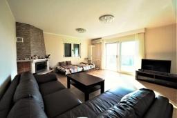 Гостиная. Черногория, Бечичи : Современный апартамент с гостиной, двумя спальнями, двумя ванными комнатами и двумя балконами