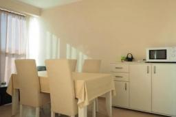 Кухня. Черногория, Бечичи : Современный апартамент с гостиной, двумя спальнями, двумя ванными комнатами и двумя балконами