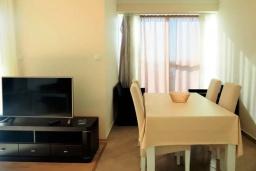 Обеденная зона. Черногория, Бечичи : Современный апартамент с гостиной, двумя спальнями, двумя ванными комнатами и двумя балконами