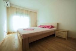 Спальня. Черногория, Бечичи : Современный апартамент с гостиной, двумя спальнями, двумя ванными комнатами и двумя балконами