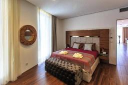 Спальня. Черногория, Будва : Роскошный апартамент с гостиной, двумя спальнями, двумя ванными комнатами и большим балконом с панорамным видом на море