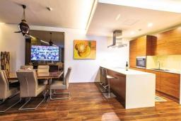 Кухня. Черногория, Будва : Роскошный апартамент с гостиной, двумя спальнями, двумя ванными комнатами и большим балконом с панорамным видом на море