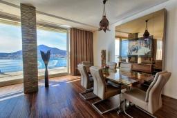 Гостиная. Черногория, Будва : Роскошный апартамент с гостиной, двумя спальнями, двумя ванными комнатами и большим балконом с панорамным видом на море