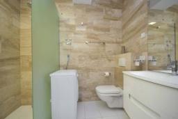 Ванная комната. Черногория, Будва : Современный апартамент с гостиной, двумя спальнями и балконом