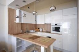 Кухня. Черногория, Будва : Современный апартамент с гостиной, двумя спальнями и балконом с боковым видом на море