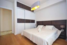 Спальня. Черногория, Будва : Современный апартамент с гостиной, двумя спальнями и балконом с боковым видом на море