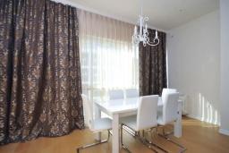 Обеденная зона. Черногория, Будва : Современный апартамент с гостиной, двумя спальнями и балконом с боковым видом на море