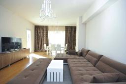 Гостиная. Черногория, Будва : Современный апартамент с гостиной, двумя спальнями и балконом с боковым видом на море