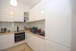 Кухня. Черногория, Будва : Современный апартамент с гостиной, двумя спальнями и балконом