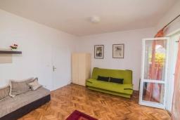 Гостиная. Черногория, Бечичи : Дом с зеленым двориком и видом на море, 3 спальни, 2 ванные комнаты, барбекю, Wi-Fi