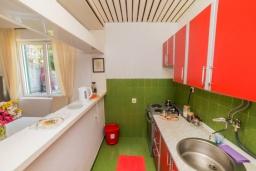 Кухня. Черногория, Бечичи : Дом с зеленым двориком и видом на море, 3 спальни, 2 ванные комнаты, барбекю, Wi-Fi