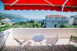 Балкон. Черногория, Бечичи : Дом с зеленым двориком и видом на море, 3 спальни, 2 ванные комнаты, барбекю, Wi-Fi
