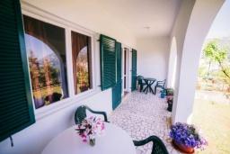 Терраса. Черногория, Бечичи : Дом с зеленым двориком и видом на море, 3 спальни, 2 ванные комнаты, барбекю, Wi-Fi