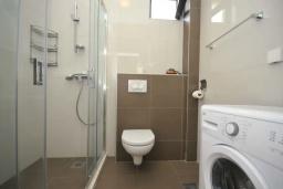 Ванная комната. Черногория, Будва : Апартамент с гостиной, двумя спальнями и балконом