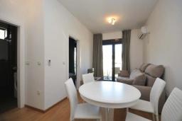 Гостиная. Черногория, Будва : Апартамент с гостиной, двумя спальнями и балконом