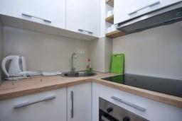 Кухня. Черногория, Будва : Апартамент с гостиной, двумя спальнями и балконом