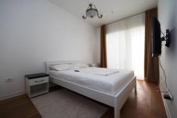 Спальня. Черногория, Будва : Современный апартамент с гостиной, двумя спальнями и балконом