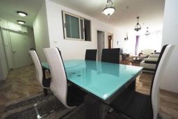 Обеденная зона. Черногория, Будва : Современный апартамент с гостиной, двумя спальнями и балконом