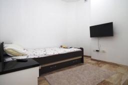 Спальня 2. Черногория, Будва : Современный апартамент с гостиной, двумя спальнями и балконом