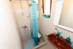 Ванная комната. Черногория, Нивице : Дом на берегу моря с огромной террасой и фантастическим видом на Адриатику, 8 спален, 3 ванные комнаты, барбекю, парковка, Wi-Fi
