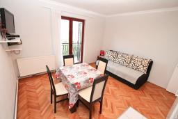 Гостиная. Черногория, Игало : Большой апартамент в доме с зелёным садом, лужайкой и лежаками в 15 метрах от моря