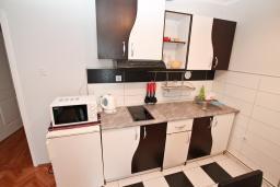 Кухня. Черногория, Игало : Большой апартамент в доме с зелёным садом, лужайкой и лежаками в 15 метрах от моря