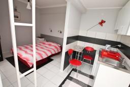 Студия (гостиная+кухня). Черногория, Игало : Студия на первом этаже, с террасой в 10 метрах от моря
