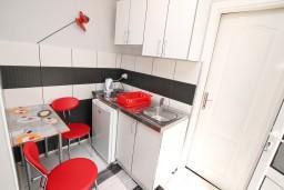 Кухня. Черногория, Игало : Студия на первом этаже, с террасой в 10 метрах от моря