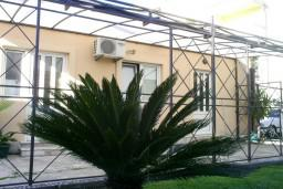 Терраса. Черногория, Игало : Студия на первом этаже, с террасой в 10 метрах от моря