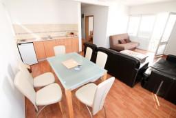 Обеденная зона. Черногория, Петровац : Апартамент с отдельной спальней, с балконом с видом на море, в 10 метрах от пляжа Петроваца