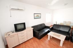 Гостиная. Черногория, Петровац : Апартамент с отдельной спальней, с балконом с видом на море, в 10 метрах от пляжа Петроваца