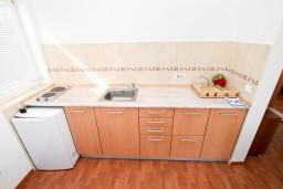Кухня. Черногория, Петровац : Апартамент с отдельной спальней, с балконом с видом на море, в 10 метрах от пляжа Петроваца