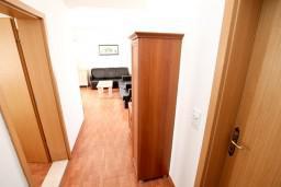 Коридор. Черногория, Петровац : Апартамент с отдельной спальней, с балконом с видом на море, в 10 метрах от пляжа Петроваца