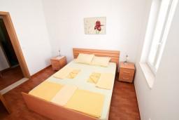 Спальня. Черногория, Петровац : Апартамент с отдельной спальней, с балконом с видом на море, в 10 метрах от пляжа Петроваца
