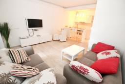 Гостиная. Черногория, Петровац : Люкс апартамент в Петроваце с отдельной спальней и двумя террасами на первом этаже