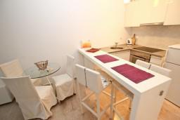 Кухня. Черногория, Петровац : Люкс апартамент в Петроваце с отдельной спальней и двумя террасами на первом этаже