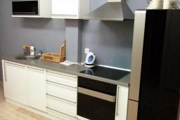 Кухня. Черногория, Петровац : Люкс апартамент в Петроваце с двумя отдельными спальнями и неповторимым видом на море