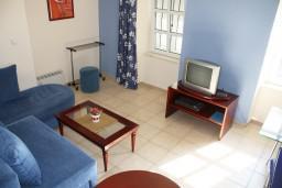 Студия (гостиная+кухня). Черногория, Игало : Большая студия на набережной Игало