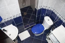 Ванная комната. Черногория, Игало : Большая студия на набережной Игало