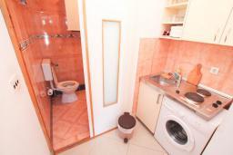 Кухня. Черногория, Герцег-Нови : Студия рядом с пляжем Раффаэло