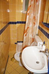 Ванная комната. Черногория, Герцег-Нови : Студия в 50 метрах от пляжа Раффаэло
