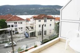 Вид на море. Черногория, Герцег-Нови : Синяя студия рядом с пляжем Раффаэло