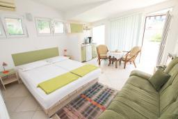 Студия (гостиная+кухня). Черногория, Герцег-Нови : Зеленая студия рядом с пляжем Раффаэло