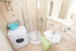 Ванная комната. Черногория, Герцег-Нови : Зеленая студия рядом с пляжем Раффаэло