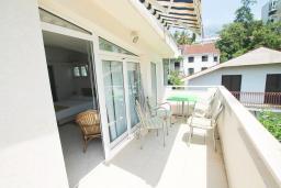 Балкон. Черногория, Герцег-Нови : Зеленая студия рядом с пляжем Раффаэло