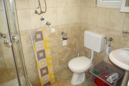 Ванная комната. Черногория, Герцег-Нови : Студия рядом с пляжем Раффаэло