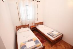 Спальня. Черногория, Герцег-Нови : Апартамент с отдельной спальней в 100 метрах от моря